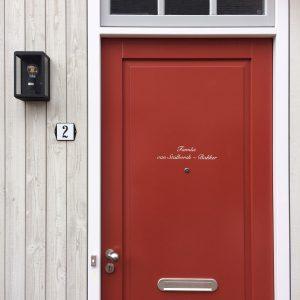 familienaam op moderne deur