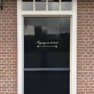 Ingang om de hoek op deur met lak
