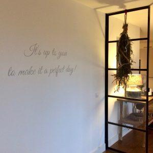 tekst op muur binnen sierletters