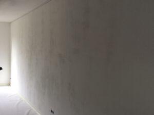 vlekken op muur bij strijklicht