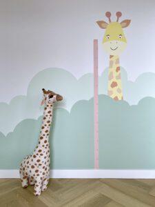 muurschildering babykamer giraf en meetlat