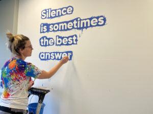 letters recht op de muur schilderen