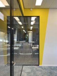 gele muur vergaderruimte