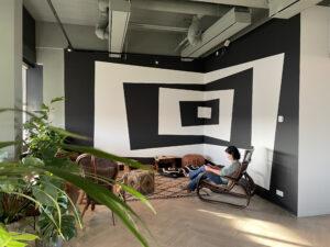 zwart wit muurschildering kantoor