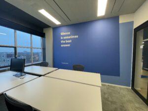 tekst op muur schilderen wit
