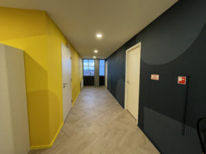 gele muur kantoor